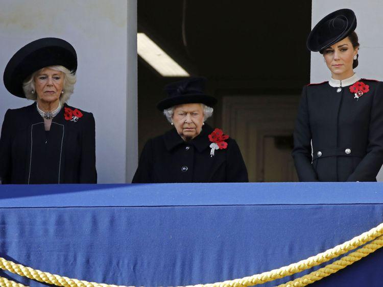 La duchesse de Cornouailles (à gauche), la reine et la duchesse de Cambridge au cénotaphe