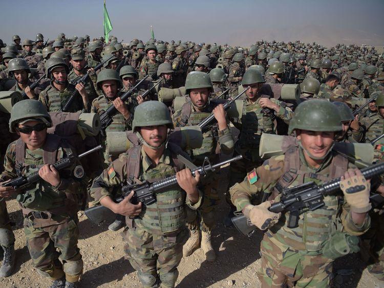 Des soldats de l'armée nationale afghane (ANA) défilent lors d'un exercice militaire au Centre de formation militaire de Kaboul (KMTC) dans la banlieue de Kaboul le 17 octobre 2017