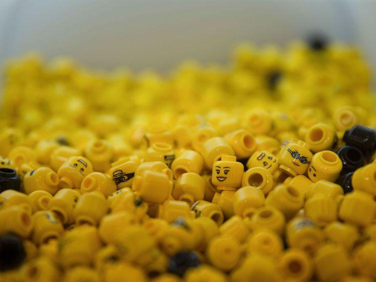 Les têtes LEGO sont exposées lors de l'ouverture officielle du nouveau magasin LEGO à Leicester Square, dans le centre de Londres, le 17 novembre 2016. Considéré comme le plus grand magasin LEGO au monde par la société, le nouveau magasin phare du Royaume-Uni a été officiellement ouvert le 17 novembre à Leicester Square. / AFP / Daniel LEAL-OLIVAS (Le crédit photo doit correspondre à DANIEL LEAL-OLIVAS / AFP / Getty Images)