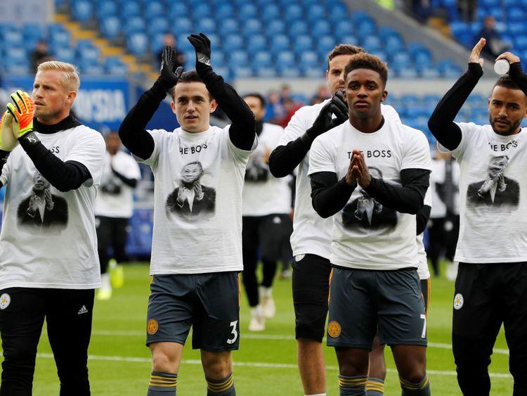 Les joueurs en avance sur le match portaient des t-shirts avec la photo du propriétaire.