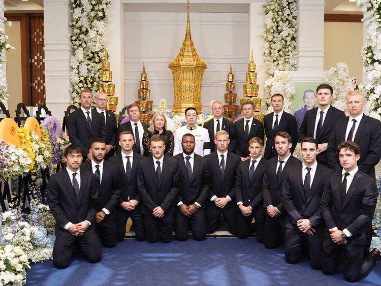 Les joueurs et le personnel de Leicester City avec Aiyawatt, le fils de Vichai Srivaddhanaprabha