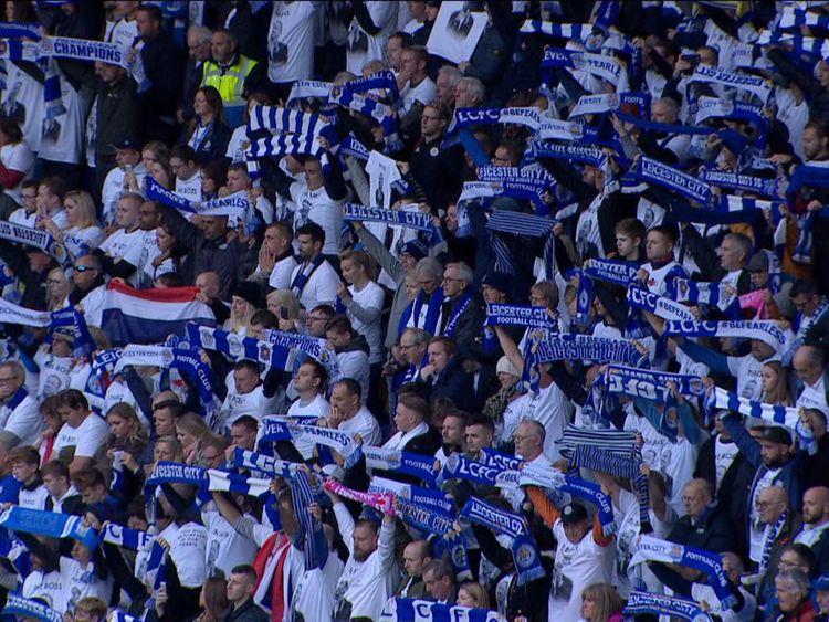 Les fans ont brandi leurs écharpes d'équipe en signe de respect