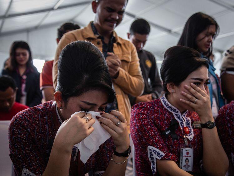 Karawang, Indonésie - 6 novembre: familles et collègues des victimes du vol JT 610 Lion Air pleurer sur le pont du navire de la marine indonésienne KRI Banjarmasin lors de la visite et de prier sur le site de l'accident du 6 novembre 2018 à Karawang, en Indonésie. Les enquêteurs indonésiens ont indiqué lundi que l'indicateur de vitesse du vol 610 de Lion Air avait mal fonctionné lors de ses quatre derniers vols, dont le vol fatal du 29 octobre, lorsque l'avion s'est écrasé dans la mer de Java et a tué 189 personnes à bord. Le Boeing 737
