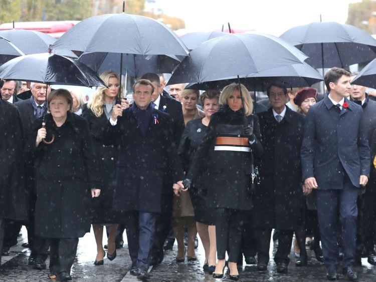 Le président français Emmanuel Macron (C, L) et son épouse Brigitte Macron (C, L) arrivent à l'Arc de Triomphe à Paris le 11 novembre 2018 pour assister à une cérémonie dans le cadre des commémorations du 100e anniversaire de l'armistice du 11 novembre 1918. , mettant fin à la première guerre mondiale