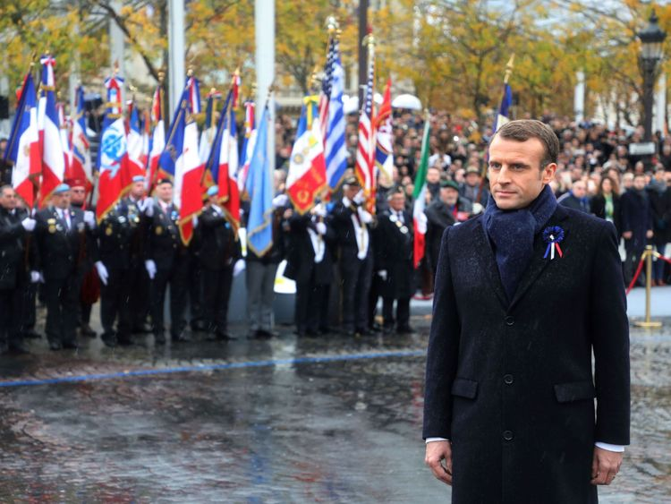 Le 11 novembre 2018, le président français Emmanuel Macron assiste à une cérémonie à l'Arc de Triomphe à Paris dans le cadre des commémorations du centième anniversaire de l'armistice du 11 novembre 1918, mettant ainsi fin à la Première Guerre mondiale.