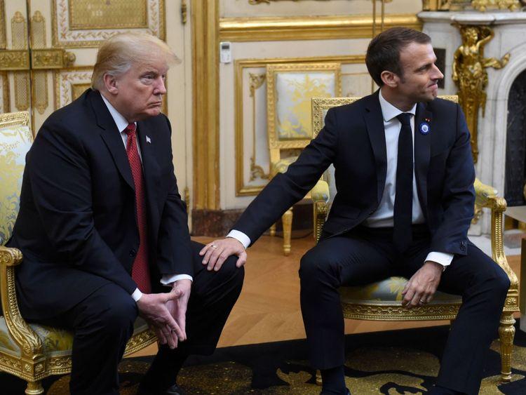 M. Macron a caressé le genou de M. Trump à la fin de la conférence