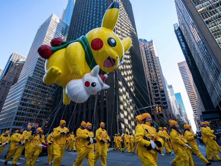 Les personnages Pokemon Pikachu et Snow Pikachu étaient dans le défilé