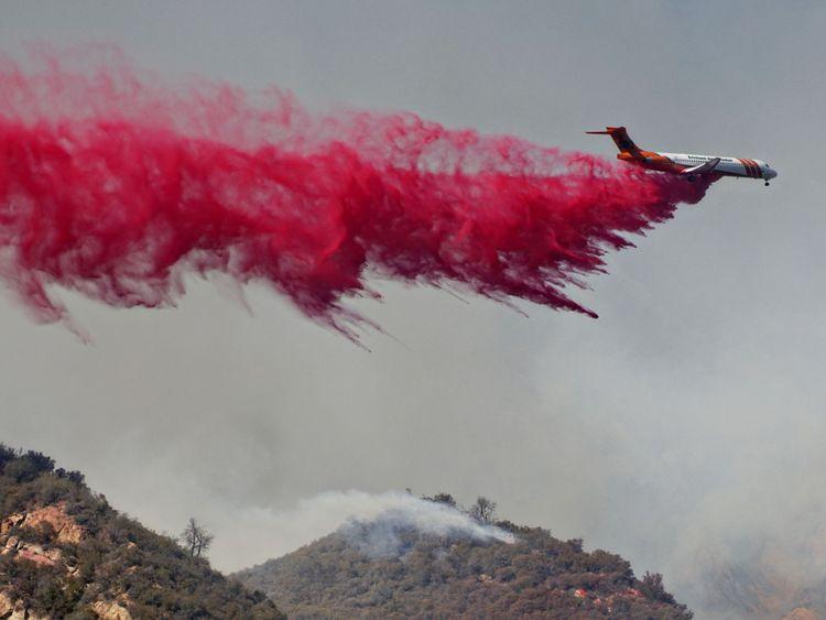 Un avion-citerne lance un agent ignifuge sur les flammes le 10 novembre 2018 à Malibu, Californie