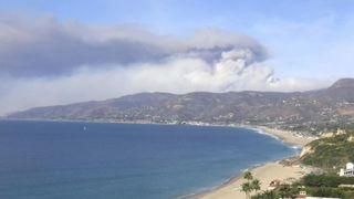 Time-lapse montre la fumée des feux de forêt de Malibu sur la côte