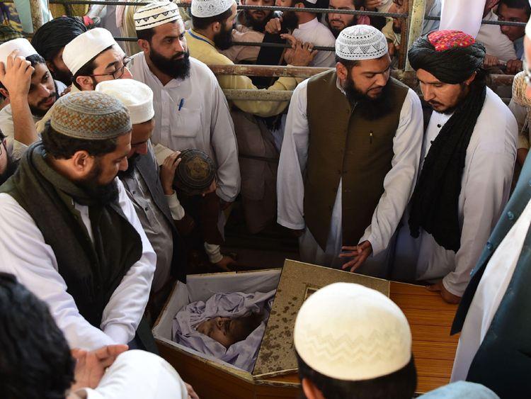 Les supporters jettent un dernier coup d'œil sur le corps de Maulana Sami Ul-Haq lors de ses funérailles