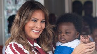 "La première dame américaine, Melania Trump, porte un bébé lors d'une visite à l'hôpital régional du Grand Accra à Accra. ""Srcset ="" https://e3.365dm.com/18/10/320x180/skynews-melania-trump-first-lady_4440837. jpg? 20181002175915 320w, https://e3.365dm.com/18/10/640x380/skynews-melania-trump-first-lady_4440837.jpg?20181002175915 640w, https://e3.365dm.com/18/10/ 736x414 / skynews-melania-trump-first-lady_4440837.jpg? 20181002175915 736w, https://e3.365dm.com/18/10/992x558/skynews-melania-trump-first-lady_4440837.jpg?s encore une fois //e3.365dm.com/18/10/1096x616/skynews-melania-trump-first-lady_4440837.jpg?20181002175915 1096w, https://e3.365dm.com/18/10/1600x900/skynews-melania-trump -first-lady_4440837.jpg? 20181002175915 1600w, https://e3.365dm.com/18/10/1920x1080/skynews-melania-trump-first-lady_4440837.jpg?20181002175915 1920w, https://e3.365dm.com /18/10/2048x1152/skynews-melania-trump-first-lady_4440837.jpg?20181002175915 2048w ""tailles ="" (min-largeur: 900px) 992px, 100vw"