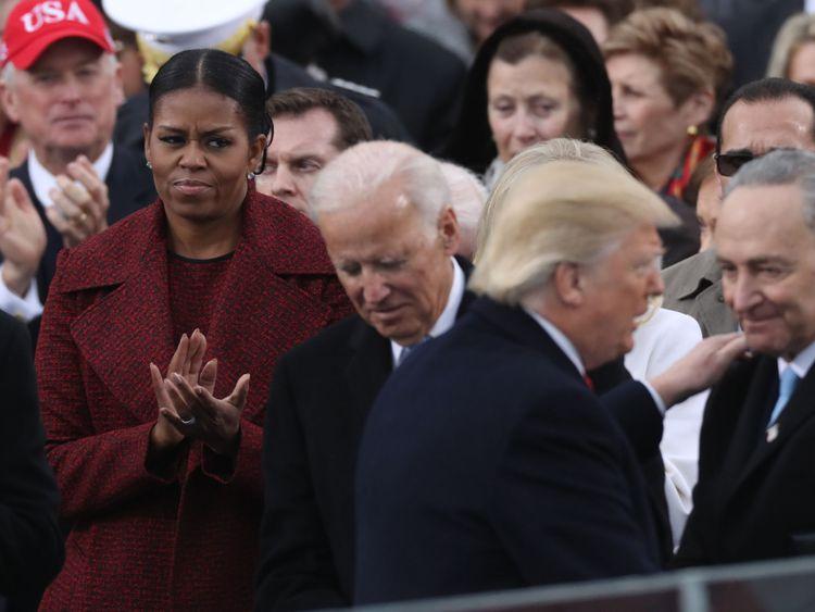 La première dame américaine Michelle Obama (à gauche) regarde le nouveau président Donald Trump parler