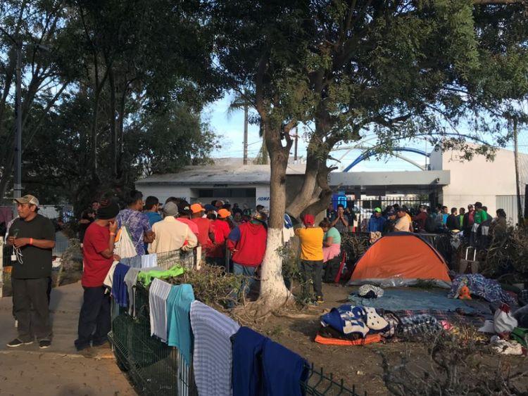 Les conditions dans le camp souffrent à mesure que la foule se forme