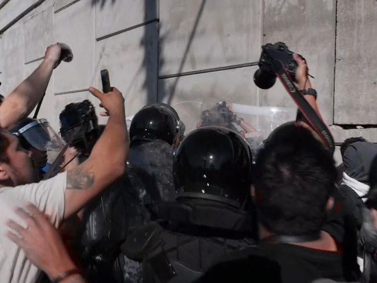 Des centaines de migrants ont tenté de franchir la clôture séparant les États-Unis et le Mexique