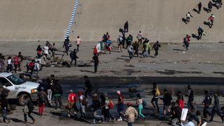 """Les migrants se précipitent à la frontière américaine au Mexique """"srcset ="""" https://e3.365dm.com/18/11/320x180/skynews-migrants-tijuana-caravan_4500167.jpg?20181126085325 320w, https://e3.365dm.com/ 18/11 / 640x380 / skynews-migrants-tijuana-caravan_4500167.jpg? 20181126085325 640w, https://e3.365dm.com/18/11/736x414/skynews-migrants-tijuana-caravan_4500167.jpg?:2017112303253033033033032530330330330330330330, PPC //e3.365dm.com/18/11/992x558/skynews-migrants-tijuana-caravan_4500167.jpg?20181126085325 992w, https://e3.365dm.com/18/11/1096x616/skynews-migrants-tijuana-caravan_452. .jpg? 20181126085325 1096w, https://e3.365dm.com/18/11/1600x900/skynews-migrants-tijuana-caravan_4500167.jpg?20181126085325 1600w, https://e3.365dm.com/18/11/1920x1080 /skynews-migrants-tijuana-caravan_4500167.jpg?20181126085325 1920w, https://e3.365dm.com/18/11/2048x1152/skynews-migrants-tijuana-caravan_4500167.jpg?20181126085325 """"size"""" : 900px) 992px, 100vw"""
