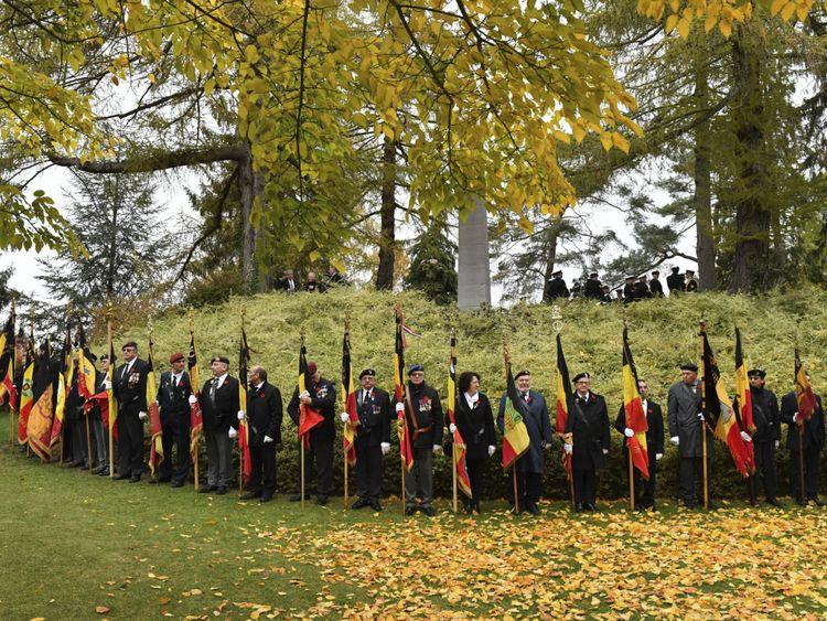 Des soldats assistent à une cérémonie du centenaire au cimetière St. Symphorien à Mons, en Belgique.