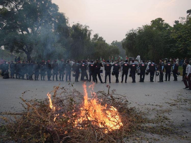 Des policiers anti-émeute pakistanais font la queue dans une rue bloquée menant à la Cour suprême du Pakistan