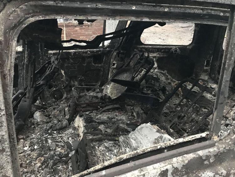 Des voitures incendiées abandonnées jalonnent les rues