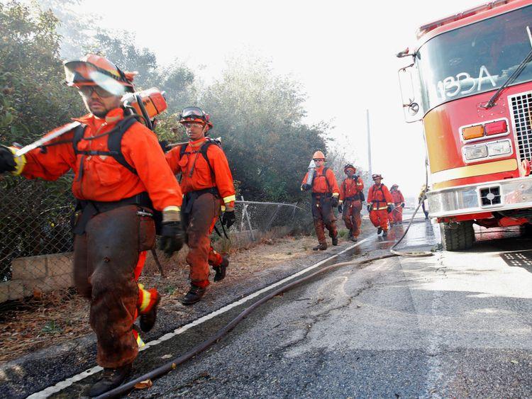 Les équipes de lutte contre l'incendie de la prison combattent l'incendie de Woolsey à West Hills, dans le sud de la Californie, aux États-Unis, le 11 novembre 2018