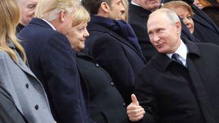 """Le président russe Vladimir Poutine s'entretient avec la chancelière allemande Angela Merkel et le président américain Donald Trump lors d'une cérémonie commémorative du Jour de l'Armistice, cent ans après la fin de la Première Guerre mondiale, à l'Arc de Triomphe, à Paris, le 11 novembre 2018 . """"srcset ="""" https://e3.365dm.com/18/11/320x180/skynews-putin-trump_4483777.jpg?20181111113113 320w, https://e3.365dm.com/18/11/640x380/skynews- putin-trump_4483777.jpg? 20181111113113 640w, https://e3.365dm.com/18/11/736x414/skynews-putin-trump_4483777.jpg?20181111113113 736w, https://e3.365dm.com/18/11/ 992x558 / skynews-putin-trump_4483777.jpg? 20181111113113 992w, https://e3.365dm.com/18/11/1096x616/skynews-putin-trump_4483777.jpg?2018111111311311, 109 18/11 / 1600x900 / skynews-putin-trump_4483777.jpg? 20181111113113 1600w, https://e3.365dm.com/18/11/1920x1080/skynews-putin-trump_4483777.jpg?fr.png?2018111111311, https: 3 365dm.com/18/11/2048x1152/skynews-putin-trump_4483777.jpg?20181111113113 2048w """"tailles ="""" (largeur minimale: 900px) 992px, 100vw"""