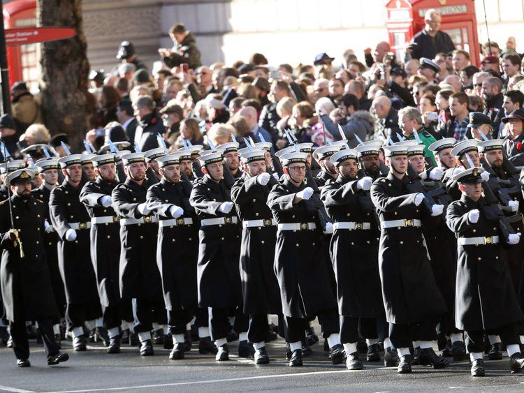 Marche du service des sous-marins de la Marine royale lors du mémorial annuel du dimanche du Souvenir