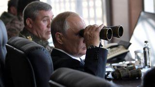 """Le président russe Vladimir Poutine utilise une paire de jumelles pour regarder les jeux de guerre Vostok-2018 (Est-2018) """"srcset ="""" https://e3.365dm.com/18/09/320x180/skynews-russia-war-games -vladimir-putin_4419403.jpg? 20180913120645 320w, https://e3.365dm.com/18/09/640x380/skynews-russia-war-games-vladimir-putin_4419403.jpg?20180913120645 640w, https: //e3.33d .com / 18/09 / 736x414 / skynews-russia-jeux-de-guerre-vladimir-putin_4419403.jpg? 20180913120645 736w, https://e3.365dm.com/18/09/992x558/skynews-russia-war-games- vladimir-putin_4419403.jpg? 20180913120645 992w, https://e3.365dm.com/18/09/1096x616/skynews-russia-war-games-vladimir-putin_4419403.jpg?20180913120645, https: //e3.33d com / 18/09 / 1600x900 / skynews-russia-jeux-de-guerre-vladimir-putin_4419403.jpg? 20180913120645 1600w, https://e3.365dm.com/18/09/1920x1080/skynews-russia-war-games-vladlad -putin_4419403.jpg? 20180913120645 1920w, https://e3.365dm.com/18/09/2048x1152/skynews-russia-war-games-vladimir-putin_4419403.jpg?20180913120645 2048w """"tailles ="""" (largeur minimale: 900px) 992px, 100vw"""