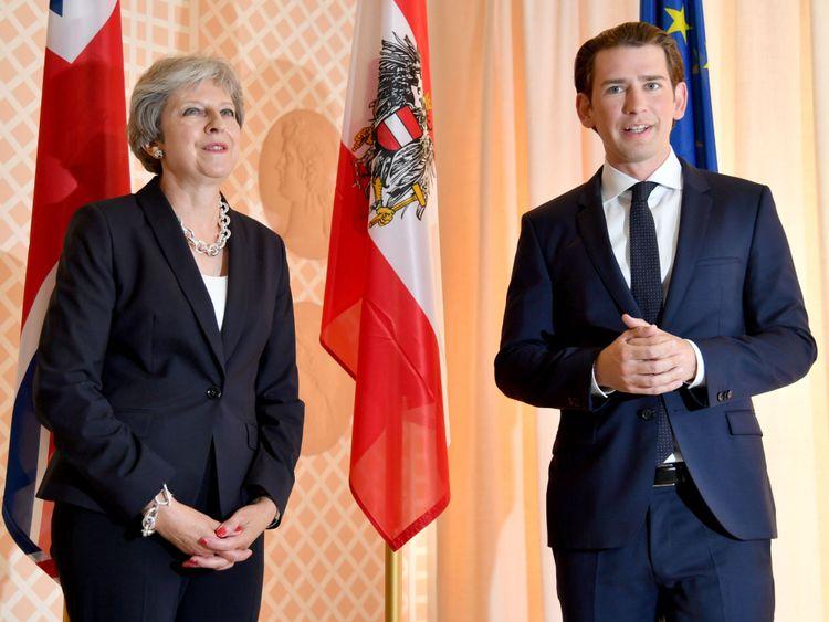 Le chancelier autrichien Sebastian Kurz (D) accueille Theresa May, Premier ministre du Royaume-Uni, lors d'une visite à l'occasion de l'ouverture du festival d'opéra, de théâtre et de concerts de Salzbourg (Salzburger Festspiele) le 27 juillet 2018 à Salzbourg. - Le chancelier autrichien Sebastian Kurz accueille la première ministre britannique Theresa May au festival de musique de Salzbourg (photo de BARBARA GINDL / APA / AFP) / Autriche OUT (le crédit photo devrait correspondre à BARBARA GINDL / AFP / Getty Images)