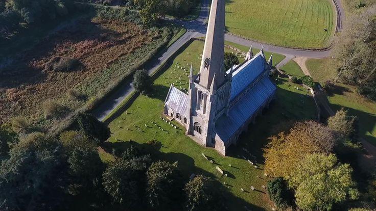 Un Zeppelin, qui aurait tenté de viser la résidence royale voisine de Sandringham, a plutôt largué une bombe près de l'église médiévale St Mary's - Snettisham. Les fenêtres ont été brisées et il reste un énorme cratère qui existe encore à ce jour.