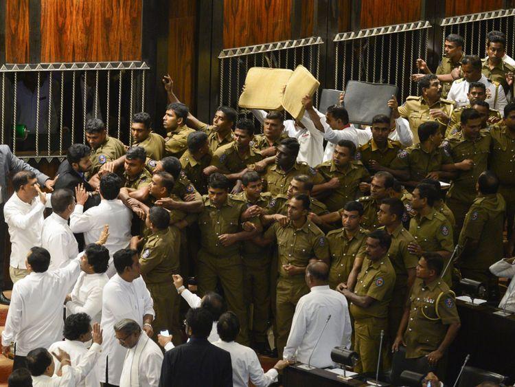 La police sri-lankaise tente de prendre ses positions pour escorter le président du Parlement, Karu Jayasuriya, le 16 novembre 2018 dans le hall de l'Assemblée à Colombo. - Le président du Parlement, au Sri Lanka, avait besoin de la protection de la police lorsque les violences sont revenues à la législature le 16 novembre , avec des factions rivales dans la crise constitutionnelle de l'île ne montrant aucun signe de recul. Un groupe de législateurs occupa la présidence du président Karu Jayasuriya pendant 50 minutes. Il ne put prendre place après son