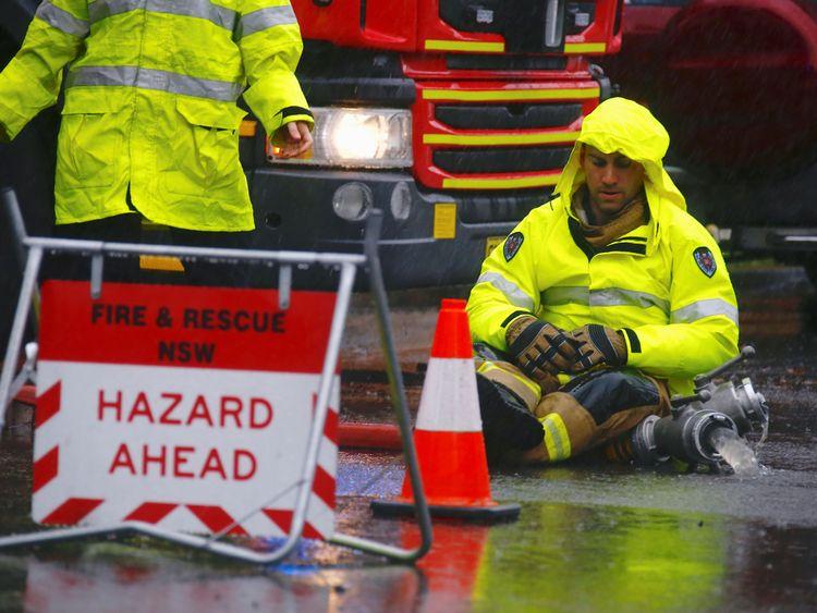 Les pompiers pompent l'eau des routes inondées