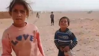 """Un convoi humanitaire des Nations Unies a atteint samedi 3 novembre le camp de réfugiés de Rukban en Syrie, où des milliers de personnes sont bloquées dans le désert, près de la frontière avec la Jordanie, a déclaré un membre du conseil local du camp.  Les Nations Unies ont annoncé qu'elles acheminaient des vivres, des produits d'hygiène et d'assainissement, ainsi que de la nutrition et des soins de santé à 50 000 personnes à Rukban, une zone sous contrôle des rebelles, dans le cadre d'une opération qui devrait durer trois à quatre jours. """"Srcset ="""" https: // e3 .365dm.com / 18/11 / 320x180 / skynews-syria-assistance-réfugié-camp_4476107.jpg? 20181104160629 320w, https://e3.365dm.com/18/11/640x380/skynews-syria-aid-refugee- camp_4476107.jpg? 20181104160629 640w, https://e3.365dm.com/18/11/736x414/skynews-syria-aid-refugee-camp_4476107.jpg?20181104160629 736w, https://e3.365dm.com/18/ 11 / 992x558 / skynews-syria-aid-réfugié-camp_4476107.jpg? 20181104160629 992w, https://e3.365dm.com/18/11/1096x616/skynews-syria-aid-refugee-camp_4476107.jpg?201811041606299 https://e3.365dm.com/18/11/1600x900/skynews-syria-aid-refugee-camp_4476107.jpg?20181104160629 1600w, https://e3.365dm.com/18/11/1920x1080/skynews-syria -aid-Refugee-Camp_4476107.jpg? 20181104160629 1920w, https://e3.365dm.com/18/11/2048x1152/skynews-syria-aid-refug ee-camp_4476107.jpg? 20181104160629 2048w """"tailles ="""" (largeur minimale: 900px) 992px, 100vw"""
