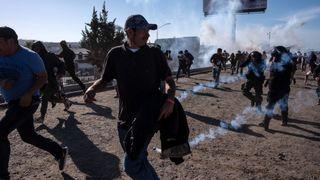 """Des migrants courent le long de la rivière Tijuana après que la patrouille des frontières américaine lance un gaz lacrymogène """"srcset ="""" https://e3.365dm.com/18/11/320x180/skynews-tear-gas-mexico_4499910.jpg?20181125223932 320w, https: / /e3.365dm.com/18/11/640x380/skynews-tear-gas-mexico_4499910.jpg?20181125223932 640w, https://e3.365dm.com/18/11/736x414/skynews-tear-gas-mexico_44999. jpg? 20181125223932 736w, https://e3.365dm.com/18/11/992x558/skynews-tear-gas-mexico_4499910.jpg?20181125223932 992w, https://e3.365dm.com/18/11/1096x616/ skynews-tear-gas-mexico_4499910.jpg? 20181125223932 1096w, https://e3.365dm.com/18/11/1600x900/skynews-tear-gas-mexico_4499910.jpg?20181125223232 1600w, https: //e3.365dm. com / 18/11 / 1920x1080 / skynews-tear-gas-mexico_4499910.jpg? 20181125223932 1920w, https://e3.365dm.com/18/11/2048x1152/skynews-tear-gas-mexico_449991010.jpg? 2018w tailles = """"(largeur minimale: 900px) 992px, 100vw"""