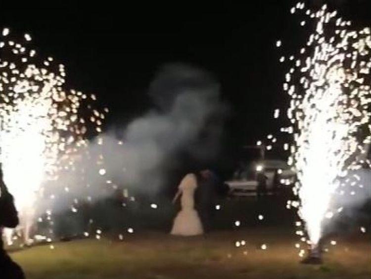 Le couple a reçu un envoi somptueux alors qu'il se dirigeait vers l'hélicoptère. Pic: ABC