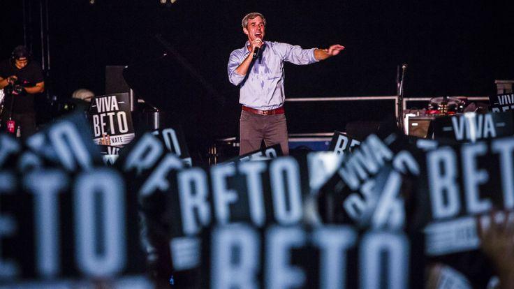 Beto O & Rourke sur scène à Austin. Il a été rejoint par la légende de la musique country Willie Nelson et a chanté avec lui