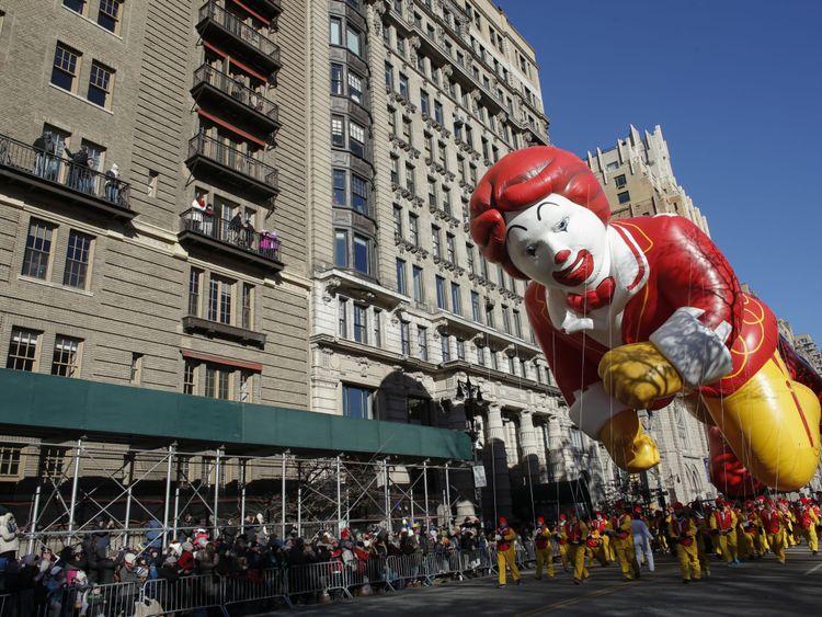 Un ballon de Ronald McDonald, la mascotte de la chaîne de restauration rapide, faisait partie du défilé