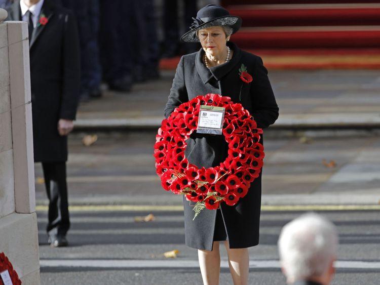 Theresa May dépose une couronne de coquelicot au cénotaphe