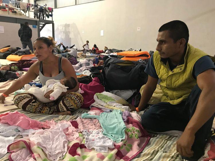 camp de migrants à Tiujana - Sky News pics Juan et Orlinda Arcos et leur bébé Juana, âgée de 1 mois et 17 jours. Le bébé est né pendant le voyage en caravane. Juan et Orlinda ont été directement menacés par un gang après avoir rendu son frère qui fait partie d'un gang