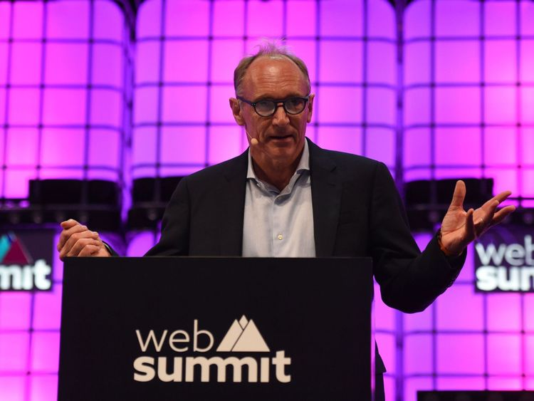 Le scientifique anglais Tim Berners-Lee de la Web Foundation prononce un discours à l'occasion de la cérémonie d'ouverture de l'édition 2018 de la conférence annuelle sur la technologie Web Summit à Lisbonne le 5 novembre 2018. (Photo de FRANCISCO LEONG / AFP) (Le crédit photo doit être lu comme suit: FRANCISCO LEONG / AFP / Getty Images)