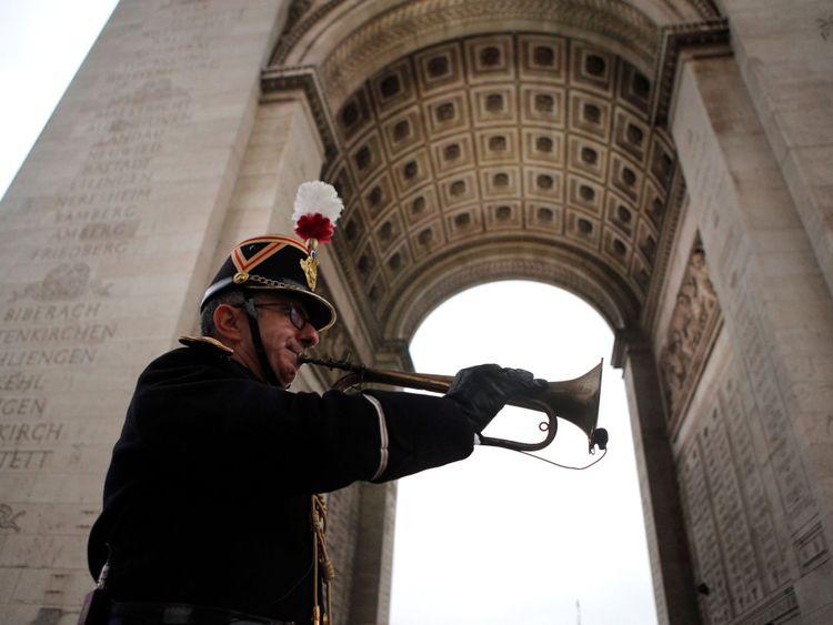 L'officier militaire Garcia joue le clairon de l'armistice original de 1918 à l'Arc de Triomphe à Paris le 11 novembre 2018 dans le cadre des commémorations du centième anniversaire de l'armistice du 11 novembre 1918, mettant fin à la Première Guerre mondiale.