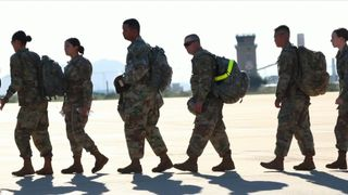 "Des soldats de Fort Bragg, en Caroline du Nord, sont arrivés à la base aérienne Davis-Monthan le 2 novembre pour attendre l'arrivée de demandeurs d'asile à des centaines de kilomètres de la frontière américaine. ""Srcset ="" https: //e3.365dm .com / 18/11 / 320x180 / skynews-us-troupes-arizona_4474548.jpg? 20181103120642 320w, https://e3.365dm.com/18/11/640x380/skynews-us-troops-arizona_4474548.jpg?207406424040 , https://e3.365dm.com/18/11/736x414/skynews-us-troops-arizona_4474548.jpg?20181103120642 736w, https://e3.365dm.com/18/11/992x558/skynews-us- troupes-arizona_4474548.jpg? 20181103120642 992w, https://e3.365dm.com/18/11/1096x616/skynews-us-troops-arizona_4474548.jpg?20181103120642 1096w, https://e3.365dm.com/18/ 11 / 1600x900 / skynews-us-troupes-arizona_4474548.jpg? 20181103120642 1600w, https://e3.365dm.com/18/11/1920x1080/skynews-us-troops-arizona_4474548.jpg?sng=2071103120642, e3.365dm.com/18/11/2048x1152/skynews-us-troops-arizona_4474548.jpg?20181103120642 2048w ""tailles ="" (largeur minimale: 900px) 992px , 100vw"