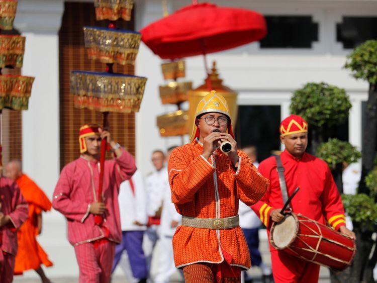 Les soldats royaux assister à une procession au temple où les funérailles de Vichai Srivaddhanaprabha