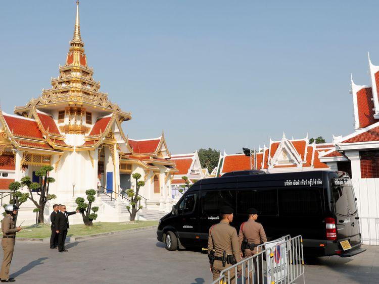 Un véhicule transportant le corps de Vichai Srivaddhanaprabha arrive au temple Wat Debsirindrawas