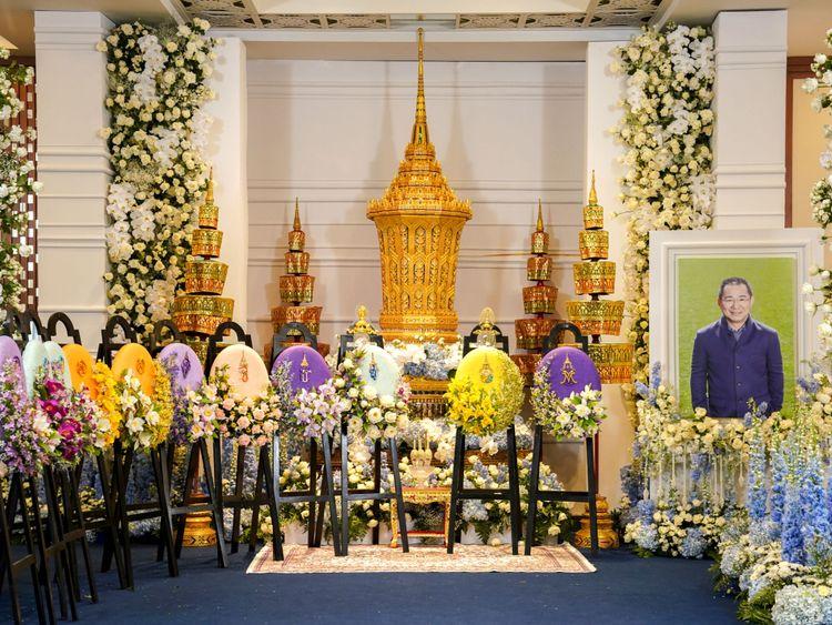 L'urne dorée à huit faces qui occupe une place centrale aux funérailles de Vichai Srivaddhanaprabha