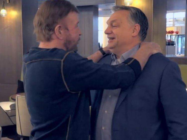 Chuck Norris, à gauche, et Viktor Orban se sont embrassés. Crédit: @orbanviktor