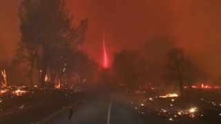 "La Firenado a été vue à Paradise, en Californie, où 27 000 habitants ont été sommés d'évacuer à la suite d'un incendie de grande ampleur. ""Srcset ="" https://e3.365dm.com/18/11/320x180/skynews-wildfires-firenado_4482483. jpg? 20181110130523 320w, https://e3.365dm.com/18/11/640x380/skynews-wildfires-firenado_4482483.jpg?20181110130523 640w, https://e3.365dm.com/18/11/736x414/skynews- wildfires-firenado_4482483.jpg? 20181110130523 736w, https://e3.365dm.com/18/11/992x558/skynews-wildfires-firenado_4482483.jpg?20181110130523 992w, https://e3.365dm.com / 3 1096x616 / skynews-wildfires-firenado_4482483.jpg? 20181110130523 1096w, https://e3.365dm.com/18/11/1600x900/skynews-wildfires-firenado_4482483.jpg?2015, 115 18/11 / 1920x1080 / skynews-wildfires-firenado_4482483.jpg? 20181110130523 1920w, https://e3.365dm.com/18/11/2048x1152/skynews-wildfires-firenado_4482483.jpg? largeur: 900px) 992px, 100vw"