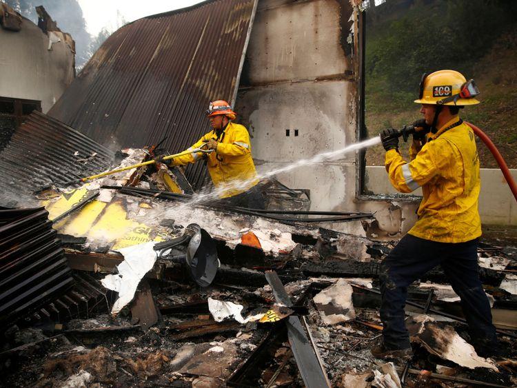 Les pompiers travaillent à des points chauds alors que l'incendie de Woolsey continue de brûler à Malibu, Californie, États-Unis, le 10 novembre 2018