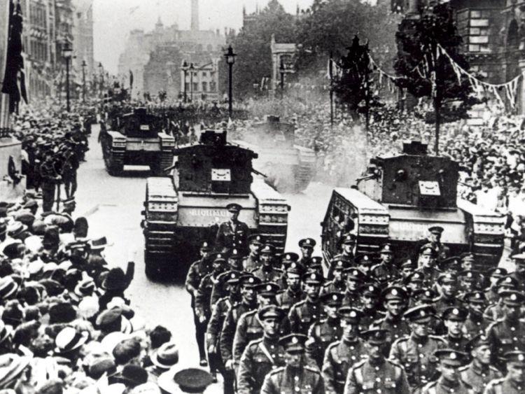 Le défilé de victoire de 1919 passe à Whitehall pour marquer la fin de la Première Guerre mondiale: des chars britanniques ont été vus à Whitehall pour la première fois depuis le défilé, alors que le Royal Tank Regiment tenait son service commémoratif annuel au cénotaphe aujourd'hui (dimanche). /PENNSYLVANIE