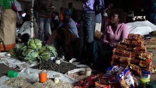 """Les marchés de fortune s'animent après la tombée de la nuit """"srcset ="""" https://e3.365dm.com/18/10/320x180/skynews-zimbabwe-vendors_4452660.jpg?20181014002054 320w, https://e3.365dm.com/18/ 10 / 640x380 / skynews-zimbabwe-vendors_4452660.jpg? 20181014002054 640w, https://e3.365dm.com/18/10/736x414/skynews-zimbabwe-vendors_4452660.jpg?:20151014202054, https: //e com / 18/10 / 992x558 / skynews-zimbabwe-vendors_4452660.jpg? 20181014002054 992w, https://e3.365dm.com/18/10/1096x616/skynews-zimbabwe-vendors_4452660.jpg? 2018w14; e3.365dm.com/18/10/1600x900/skynews-zimbabwe-vendors_4452660.jpg?20181014002054 1600w, https://e3.365dm.com/18/10/1920x1080/skynews-zimbabwe-vendors_445266014j.png https://e3.365dm.com/18/10/2048x1152/skynews-zimbabwe-vendors_4452660.jpg?20181014002054 2048w """"tailles ="""" (largeur minimale: 900px) 992px, 100vw"""