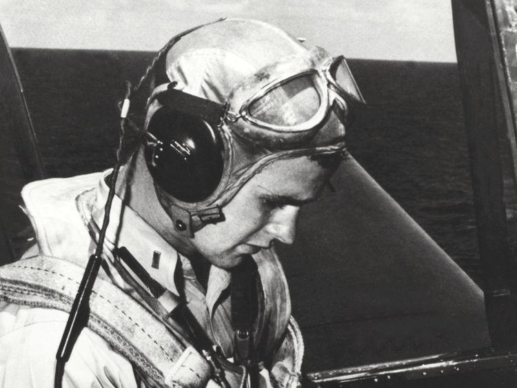 George H. W. Bush est photographié dans le cockpit de son TBM Avenger pendant la Seconde Guerre mondiale.