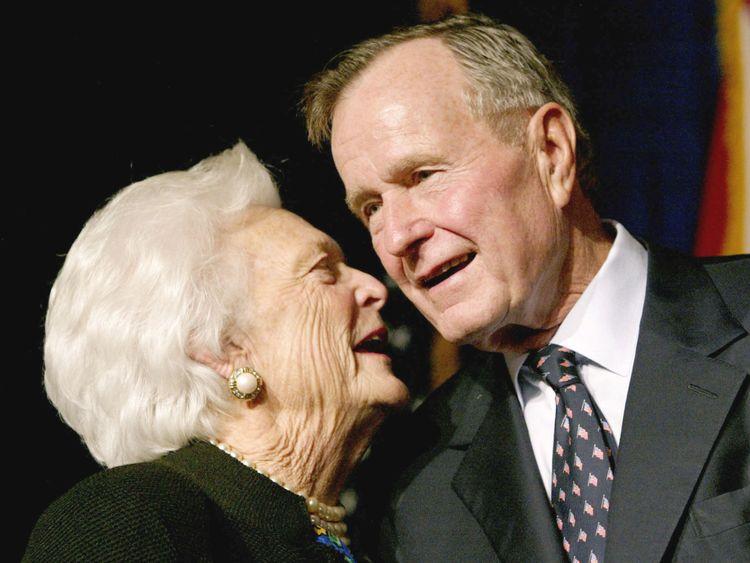 George HW Bush avec sa femme Barbara en 2002
